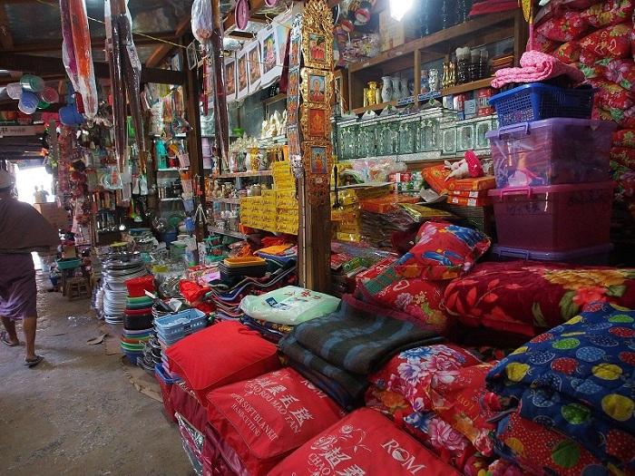 Central Market, Hsipaw - via Flickr Clay Gilliland - Vietnam visa